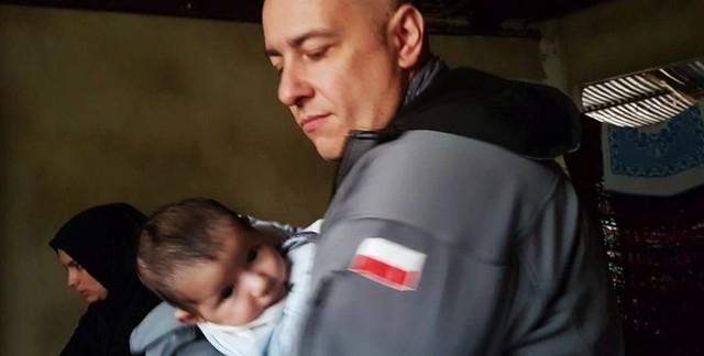 Doktor Paweł Kukiz-Szczuciński podczas jednej z misji humanitarnych