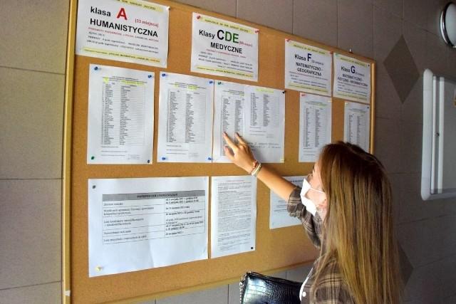 W czwartek, 22 lipca szkoły ponadpodstawowe ogłosiły listy uczniów zakwalifikowanych do przyjęcia. Do 30 lipca uczniowie mają czas na potwierdzenie woli uczenia się w szkole poprzez złożenie oryginałów świadectwa szkolnego i zaświadczenia o wynikach egzaminu ósmoklasisty.O zakwalifikowaniu kandydata do wybranej szkoły decydują przeliczone na punkty wyniki z egzaminu ósmoklasisty i punkty za oceny na świadectwie szkolnym i za inne osiągnięcia ucznia.Na kolejnych slajdach zobacz, ile osób zostało zakwalifikowanych w poszczególnych szkołach >>>>>>>>
