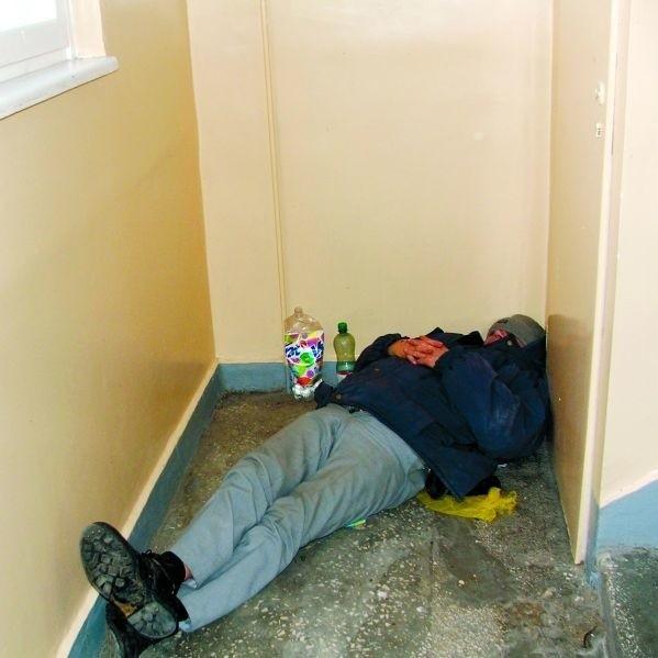 To zdjęcie zrobił nasz Czytelnik, jeden z mieszkańców wieżowca przy Goworowskiej 11. On i inni lokatorzy obawiają się, że ich klatka będzie sypialnią dla bezdomnych.