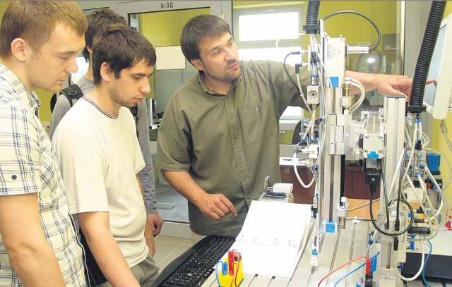 Instytut Mechatroniki Nanotechnologii i Techniki Próżniowej to jeden z kierunków na Politechnice Koszalińskiej, który cieszy się dużym zainteresowaniem wśród studentów. Mechatronika zapewnia studentom uzyskanie wiedzy m. in. z teorii maszyn i mechanizmów, robotyki i dynamiki układów fizycznych.