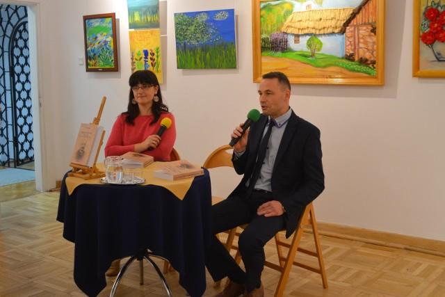 Piotr Wdowski mówił o swojej książce,obok prowadząca spotkanie Ilona Michalska- Masiarz z biblioteki.