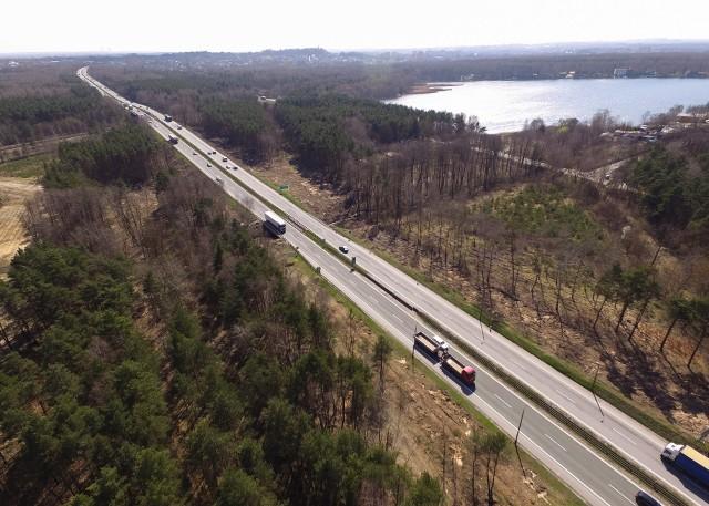 DK1, biegnąca m.in. w pobliżu zbiornika Pogoria w Dąbrowie Górniczej, zostanie przebudowana w drogę ekspresową. Znikną jednopoziomowe, kolizyjne skrzyżowania, pojawią się nowe wiadukty, mosty węzeł Ząbkowice. W galerii prezentujemy zdjęcia drogi z drona oraz z poziomu ziemi.Zobacz kolejne zdjęcia. Przesuwaj zdjęcia w prawo - naciśnij strzałkę lub przycisk NASTĘPNE