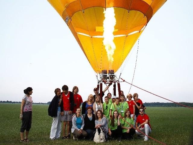polecieli balonem