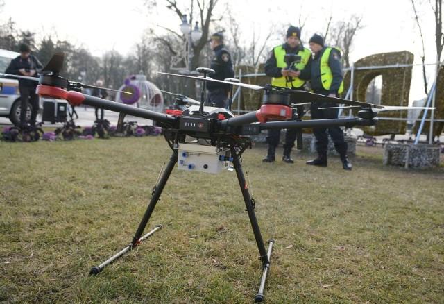 Straż Miejska wykorzystuje nowoczesnego drona do patrolowania ogródków działkowych pod kątem nielegalnego palenia śmieci i odpadów zielonych.
