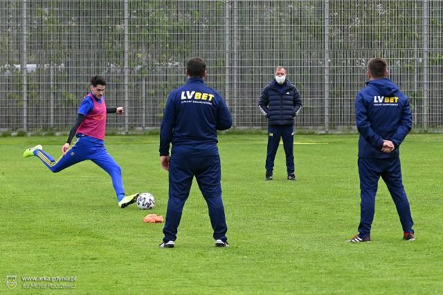 Trening piłkarzy Arki Gdynia pod okien nowego sztabu szkoleniowego na bocznym boisku Gdyńskiego Centrum Sportu