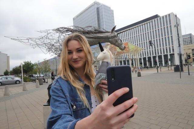 """Sandra Ruta z """"Let's gofry"""" na """"Selfie Place"""" z widokiem na pomnik Jednorożca."""