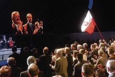 Uczestnicy kongresu przyjmują przez aklamację uchwałę wzywającą Lecha Kaczyńskiegodo startowania w wyborach prezydenckich Fot. Adam Ciereszko (PAP)