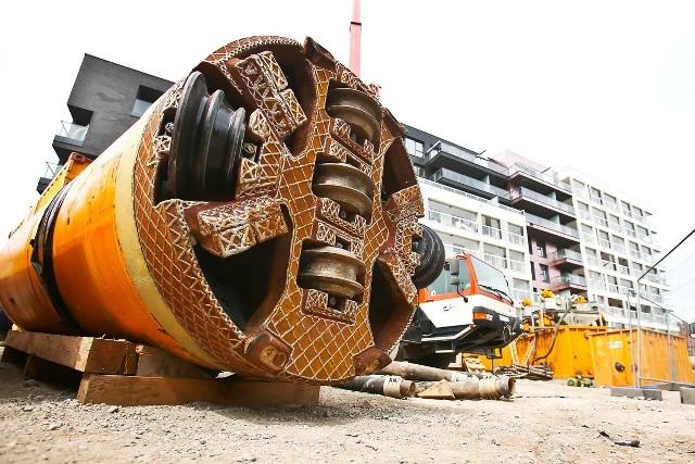 Specjalna tarcza zamontowana na wiertnicy będzie kruszyć ziemię i przesuwać się z prędkością około 7 metrów na 12 godzin.