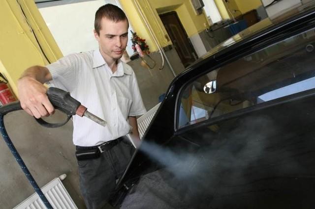 Jak czyści się samochód parą wodną pokazuje Sylwester Wiśniewski, właściciel pierwszej w województwie świętokrzyskim myjni parowej Eco-Myjnia.eu