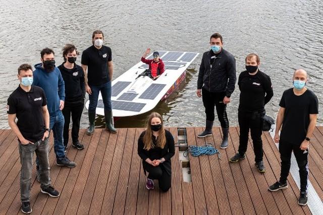 Studenci Politechniki Wrocławskiej testowali zbudowaną przez siebie łódź napędzaną energią słoneczną.