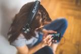 Czego słuchają Polacy? Muzyczne gusta i guściki. Triumf dwóch polskich artystów i zagraniczne pewniki. RAPORT Spotify