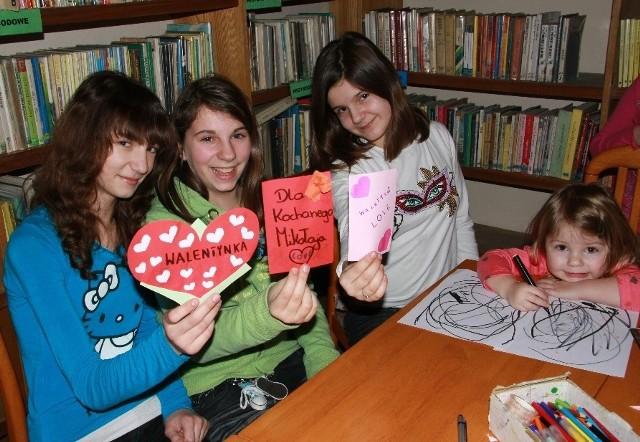 W piątek w międzychodzkiej bibliotece (od lewej) Sara Witek, Paulina Budzisz, Sara i Szulczyk robiły walentynkowe serduszka i kartki, a dwuletnia Sandra Matuszek rysowała esy-floresy. W czasie ferii dziewczynki będą przychodzić na zajęcia do biblioteki i domu kultury.