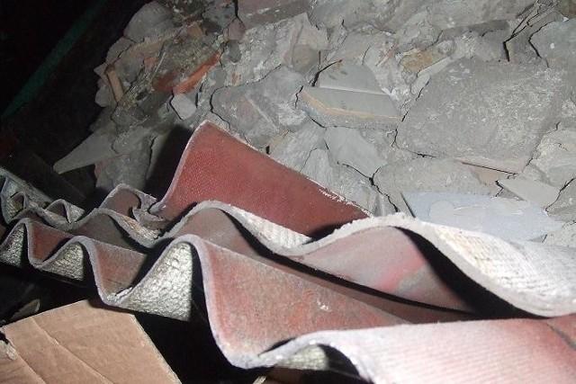 Znalezione przez naszych czytelników odpady w osiedlowym kontenerze okazały się nieszkodliwym dla środowiska pokryciem dachowym. Ale ważne jest, że mieszkańcy pilnują takich spraw.