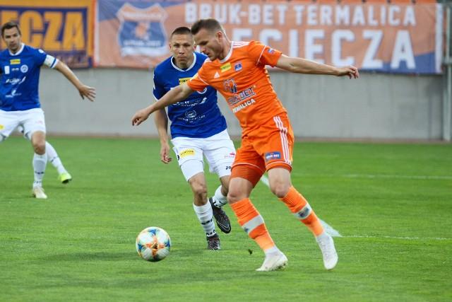Napastnik Bruk-Betu Termaliki Roman Gergel (w pomarańczowej koszulce) w meczu w Jastrzębiu nie wykorzystał rzutu karnego
