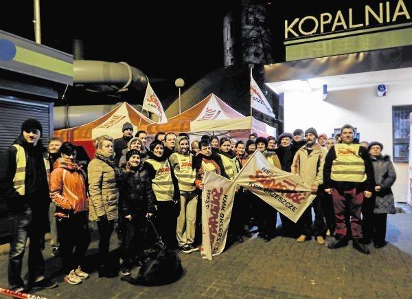 W sobotę w miasteczku przed kopalnią protestowało ok. 40 osób. Zapowiedzieli, że będą bronić swojej kopalni za wszelką cenę