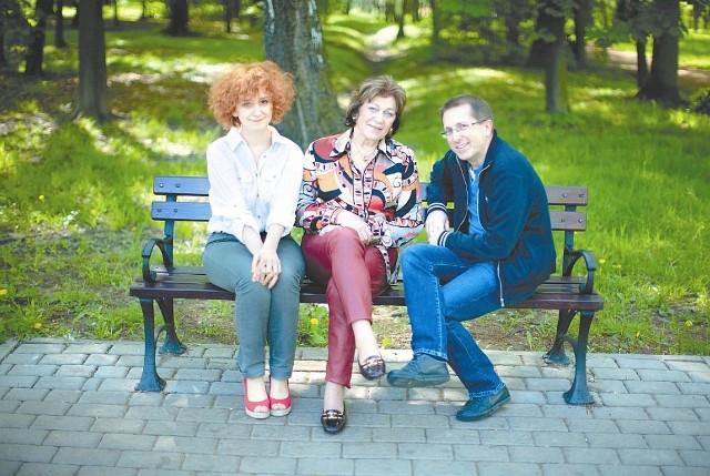 """Autorzy """"Czerwonej księżniczki"""": Judyta Watoła (z lewej) i Dariusz Kortko z bohaterką swojej książki prof. Ariadną Gierek-Łapińską (w środku). - Powiedziała nam: Napisaliście prawdę, nie mam o nic pretensji - podkreśla Kortko."""