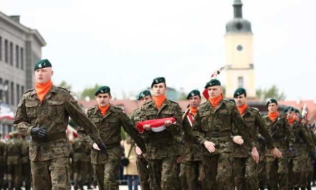 Żołnierze z kompanii honorowej na placu przy Ratuszu