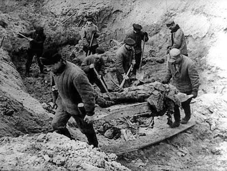 Eksuhumacja katyńskich zbiorowych grobów w 1943 roku