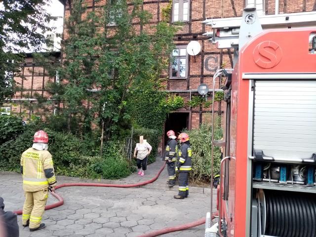 Zgłoszenie wyglądało na poważne. Z mieszkania na ulicy Pomorskiej w Bydgoszczy wydobywał się dym Zadymienie było dość intensywne. Na miejsce skierowano cztery zastępy straży pożarnej. Kiedy strażacy dojechali na miejsce sytuacja okazała się nie tak dramatyczna, jak wcześniej zakładano. Po prostu ktoś zostawił potrawę na ogniu. W mieszkaniu nikogo nie było. Działania polegały na oddymieniu pomieszczeń.