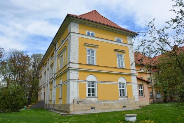 Pałac w Radłowie ma blisko dwustuletnią historię i mnóstwo pomieszczeń w środku do zagospodarowania