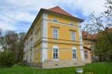 Pod Tarnowem można kupić okazały pałac, a wraz z nim... salę gimnastyczną po zamkniętej szkole [ZDJĘCIA]