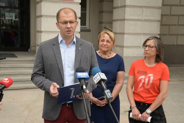 W sprawie hali radni Koalicji Obywatelskiej zwołali w piątek konferencję prasową. Od lewej: Michał Braun, Anna Myślńska, Katarzyna Zapała.