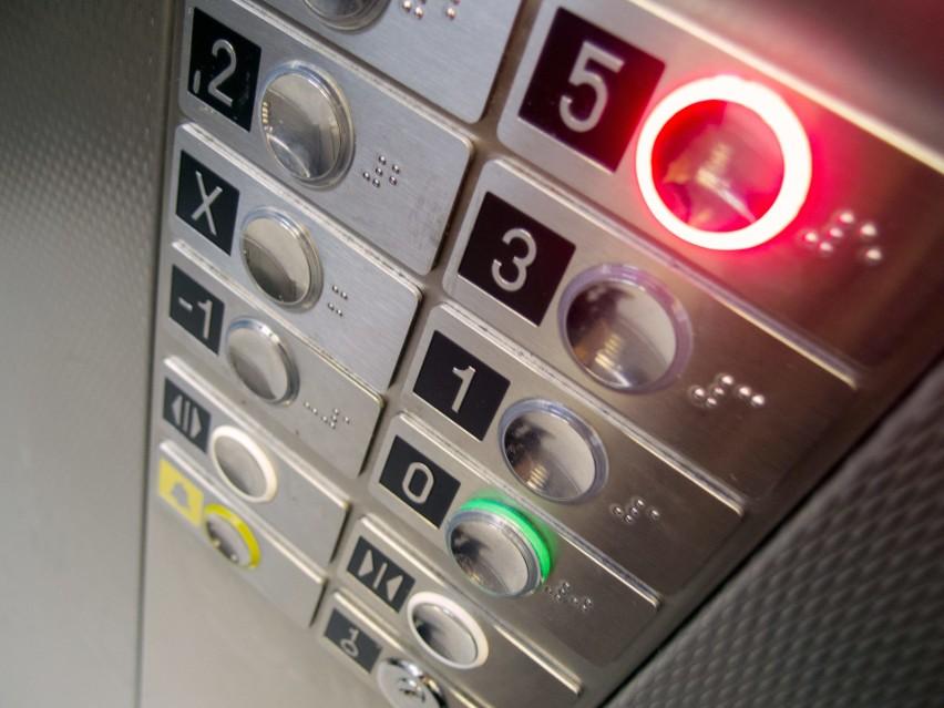 Za windę w bloku często muszą płacić również osoby, które z...