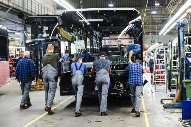 Przyczyny zatrzymania produkcji to drastyczny spadek popytu, problemy z łańcuchem dostaw (brak komponentów z Chin) oraz konieczność zapewnienia bezpieczeństwa pracownikom fabryk.