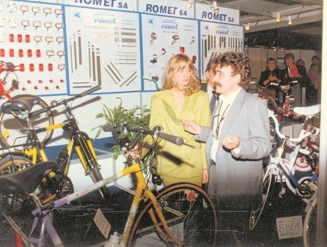 """Aleksander Henig, szef działu reklamacji """"Rometu"""" i Aneta Kręglicka, Miss World, która promowała bydgoskie rowery w Poznaniu"""