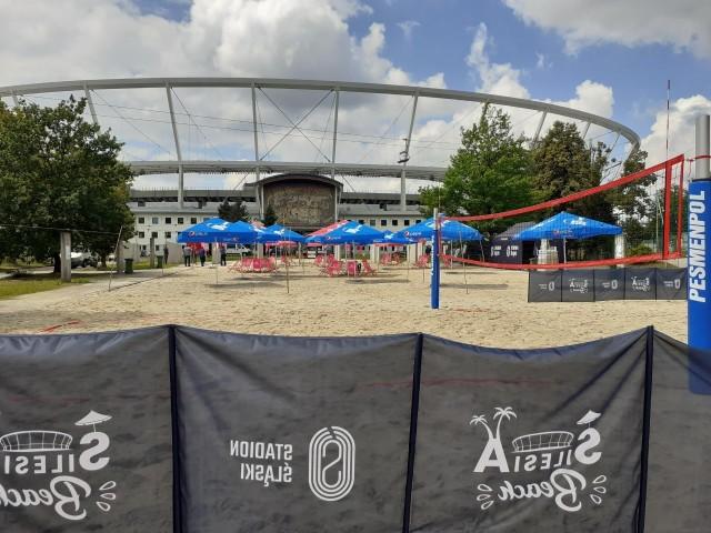 Taruron Silesia Beach czyli plaża na Stadionie Śląskim już działa  Zobacz kolejne zdjęcia. Przesuwaj zdjęcia w prawo - naciśnij strzałkę lub przycisk NASTĘPNE