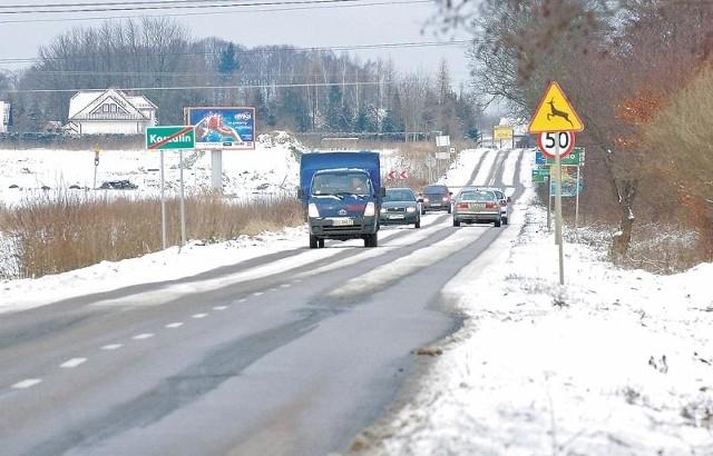Czarno-biała droga do Jamna. Pługi z miasta dojechały tylko do pętli autobusowej.