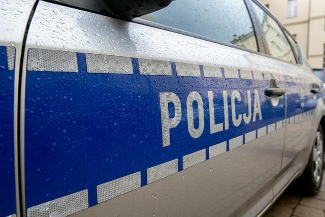 Do zdarzenia doszło kilka dni temu na ulicy Sosnowej w Łodzi. Lokatorzy jednej z posesji zauważyli ogień wydobywający się z budynku, w którym znajdowały się komórki lokatorskie. Na miejsce wezwano straż pożarną i policję. Po zakończonej akcji strażacy poinformowali, że przyczyną zdarzenia było zaprószenie ognia. Czytaj więcej na kolejnym slajdzie