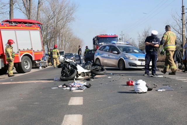 Na dolnośląskich drogach w całym 2020 roku doszło do 1576 wypadków. Zginęło w nich aż 165 osób.Sprawdźcie, na których odcinkach dróg w naszym regionie doszło do największej liczby zdarzeń drogowych. Korzystając z danych z policyjnej Krajowej Mapy Zagrożeń Bezpieczeństwa, wskazujemy najbardziej niebezpieczne odcinki dróg krajowych i wojewódzkich, na których odnotowano najwięcej zdarzeń drogowych, w tym wypadków.Na kolejnych stronach znajdziesz nasze zestawienie.