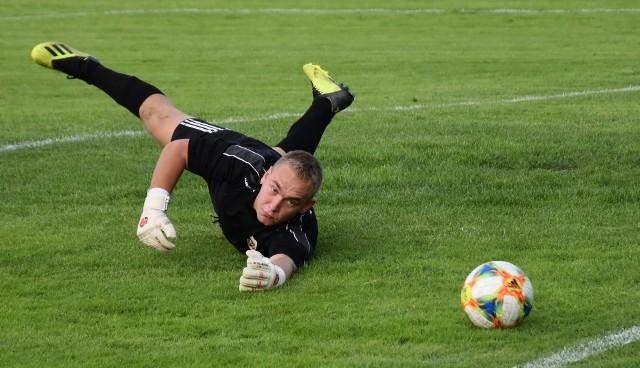 Klasa A, Oświęcim: Górnik Brzeszcze - Bobrek 3:3. Na zdjęciu: Damian Błazanek, bramkarz Górnika, wzrokiem odprowadza piłkę do siatki.