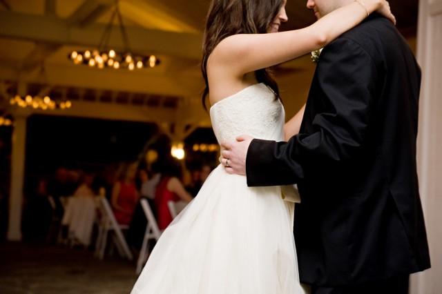 Przyszli małżonkowie zgadzają się co do tego, że w dniu ślubu są trzy najbardziej stresujące momenty - błogosławieństwo, sama ceremonia oraz... pierwszy taniec. Wybór piosenki, która nie tylko rozpocznie imprezę weselną ale też pokaże umiejętności taneczne państwa młodych nie jest prosty. I bardzo łatwo o wpadkę. Oto nasz subiektywny przegląd najgorszych piosenek na pierwszy taniec.