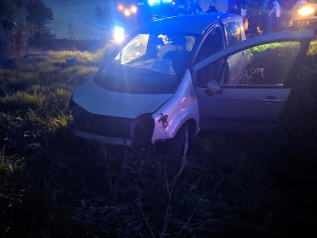 Knyszyn-Zamek. Wypadek renault na  DW671. Kompletnie pijany kierowca trafił do szpitala. Zdjęcie pochodzi z fanpejdża OSP Knyszyn