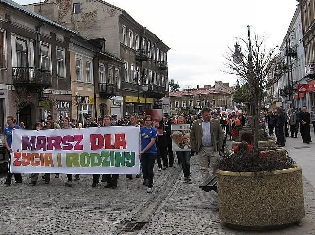 Bardzo liczny marsz przeszedł z Fary  deptakiem