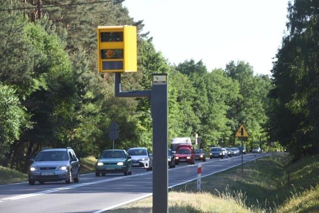 Na trzech skrzyżowaniach w Łodzi staną fotoradary wyłapujące  kierowców wjeżdżających na nie na czerwonym świetle. To część ogólnopolskiego programu, który zakłada montaż takich urządzeń na 30 najbardziej niebezpiecznych skrzyżowaniach w 18 polskich miastach.Kliknij dalej i zobacz lokalizację łódzkich fotoradarów