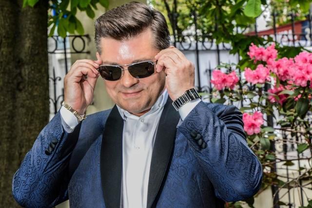 Zenon Martyniuk, lider zespołu Akcent, jest prawdziwą legendą muzyki disco polo. Martyniuk mieszka w Grabówce pod Białymstokiem.Więcej informacji i zdjęcia domu Zenka Martyniuka na kolejnych slajdach naszej galerii.