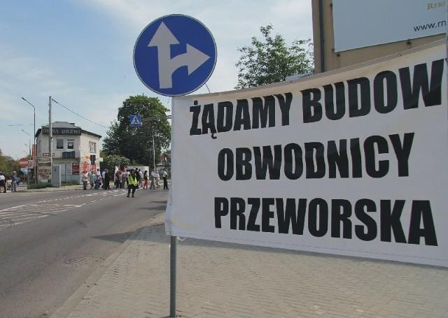 Protestujący żądali budowy obwodnicy miasta. Rząd obiecywał, że droga będzie gotowa w 2012 r. Tymczasem do dzisiaj prace nawet się nie rozpoczęły.