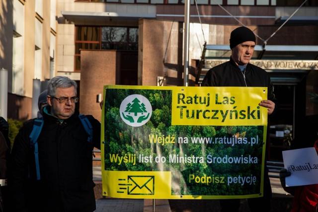 Społecznicy nie zgadzają się na wycinkę Lasu Turczyńskiego pod cmentarz. Proszą premiera Mateusza Morawieckiego o pomoc. W czwartek za pośrednictwem wojewody podlaskiego dokumentację. Zachęcają też do pisania listów w obronie lasu do ministra klimatu.