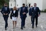 Premier Mateusz Morawiecki z wizytą w powiecie krakowskim. Spotkał się z samorządowcami na zamku w Pieskowej Skale