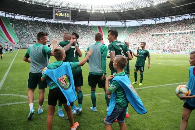 A jak tam Śląsk Wrocław? Usiądźcie! Jest liderem Ekstraklasy! Ostatni mecz z Pogonią Szczecin zremisował 1:1. Klikniij i przeczytaj relację https://gazetawroclawska.pl/slask-wroclaw-pogon-szczecin-11-remis-w-meczu-na-szczycie-relacja-wynik-skrot-bramki/ar/c2-14389915