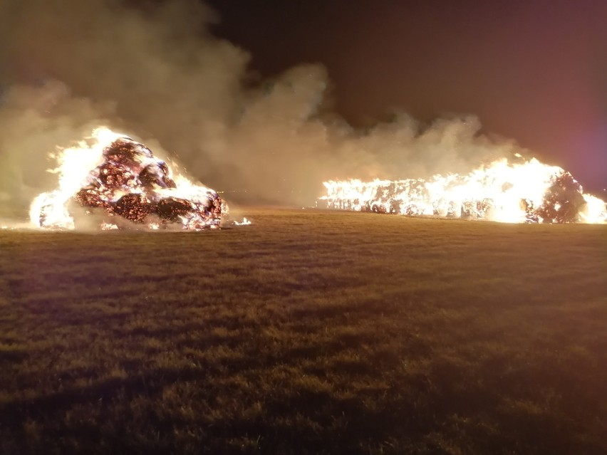 Nocny pożar ogromnych stert słomy przy ul. Łąkowej w Rzgowie