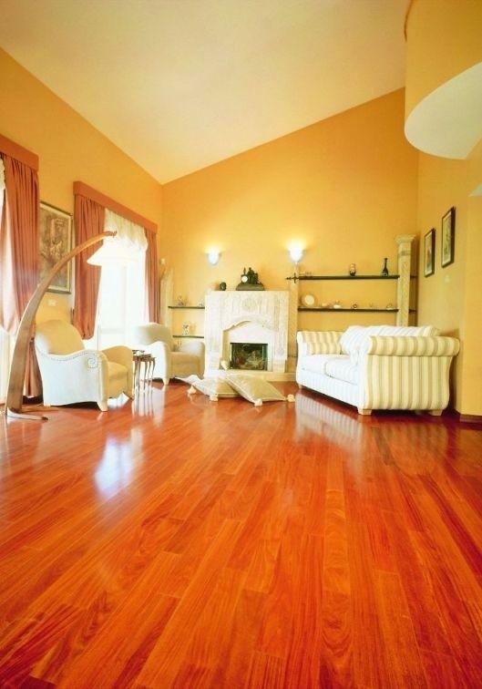 Wnętrze z podłogą wykonaną z desek podłogowych Doussie iFloorCiepła barwa desek iFloor rozświetla pomieszczenie i nadaje mu oryginalnego charakteru.