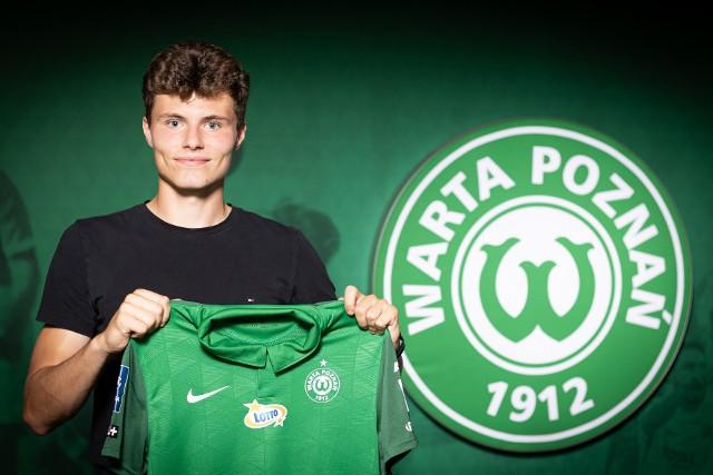 Albert Żerkowski z koszulką Warty Poznań tuż po podpisaniu pierwszego w życiu kontraktu
