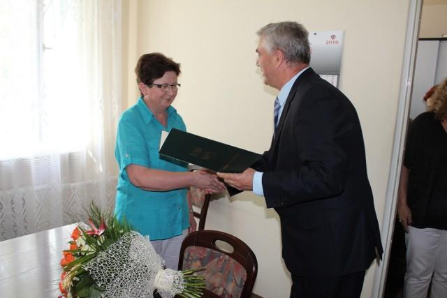 Starosta przasnyski Zenon Szczepankowski podziękował Zofii Mirskiej, za wieloletnią pracę na stanowisku państwowego powiatowego inspektora sanitarnego w Przasnyszu. Zofia Mirska przeszła na emeryturę.