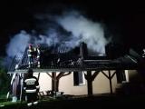 Głęboki Rów. Pożar domu jednorodzinnego. Z ogniem walczyło siedem zastępów straży pożarnej [ZDJĘCIA]