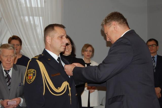 Roman Frąckowiak, komendant Straży Miejskiej w Nakle otrzymał  medal w Bydgoszczy z rąk wicewojewody Józefa Ramlaua