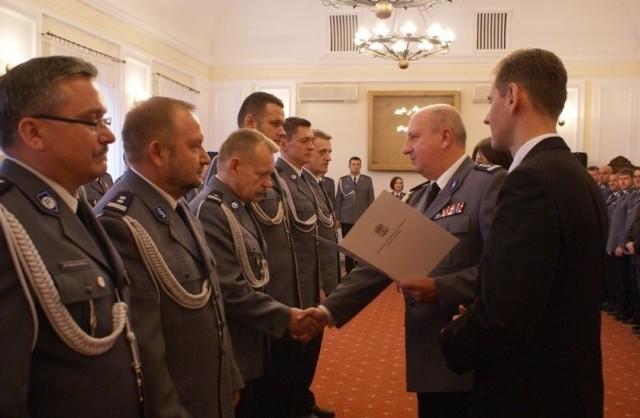 Komendant wojewódzki policji i wojewoda odznaczyli policjantów